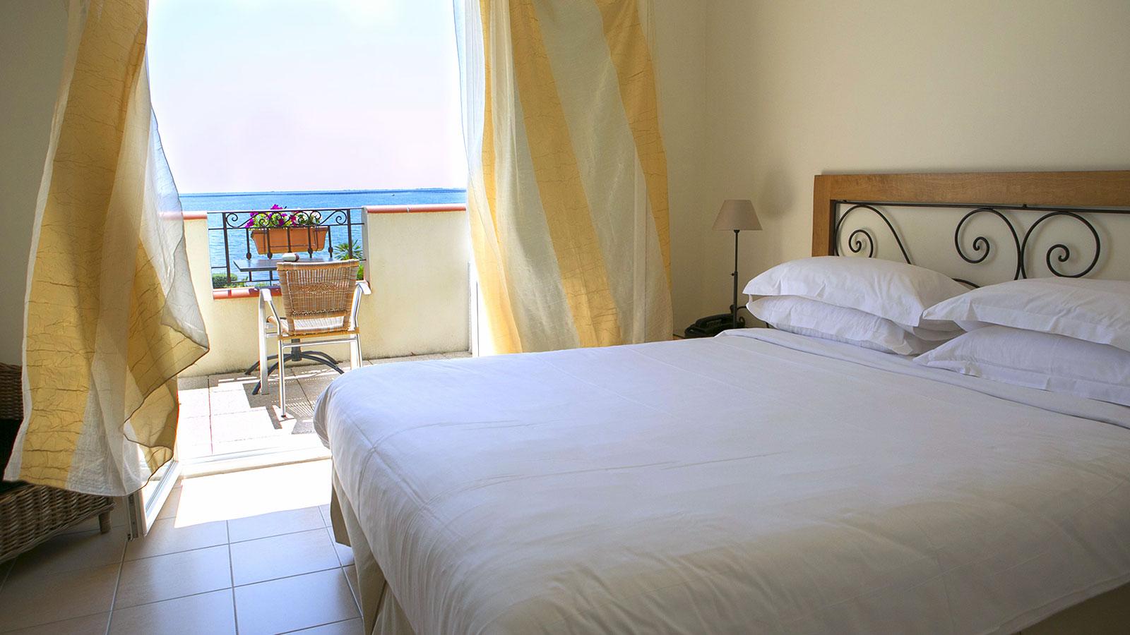 Chambre terrasse tage vue tang de thau hotel de la for Chambre criminelle 13 juin 1972